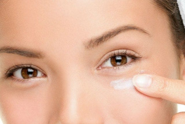 Fonte: http://www.stylepresso.com/11-easy-and-useful-homemade-ideas-to-remove-bags-under-eyes/