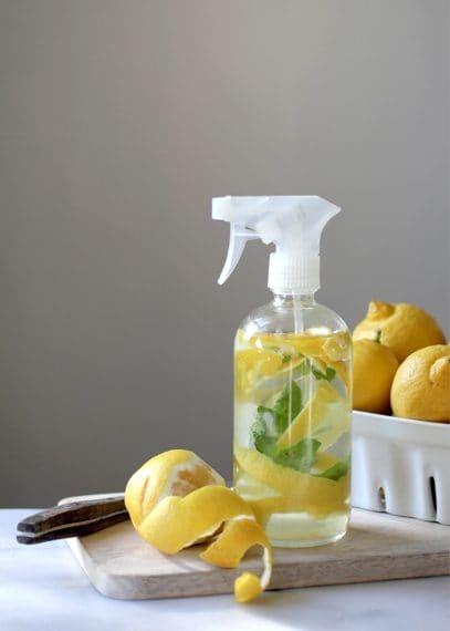 Un vero e proprio spray utile in cucina e in bagno Fonte: http://annesage.com/2015/03/06/diy-natural-cleaning-products/