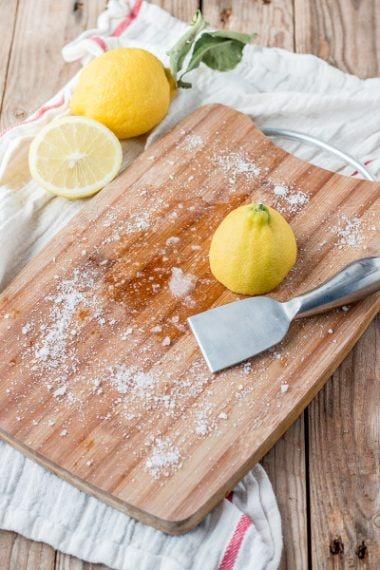 Con le sue proprietà sgrassanti il succo di limone è un rimedio efficace Fonte: https://thethingswellmake.com/5-things-can-clean-lemons/