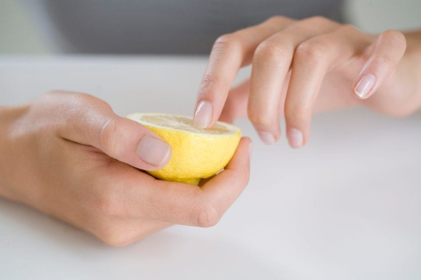 Utile contro l'ingiallimento delle unghie Fonte: http://www.nixsi.coFonte: m/blog/fix-old-yellow-nail-problem-naturally/