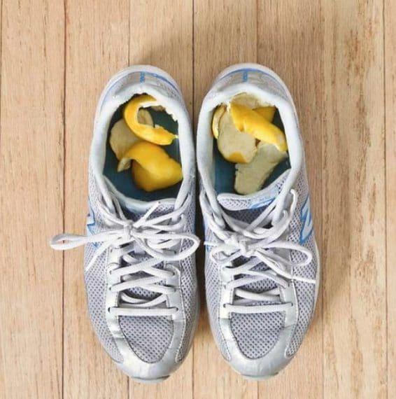 Mettere alcune fette di limone nelle scarpe e il gioco è fatto Fonte: @pinterest