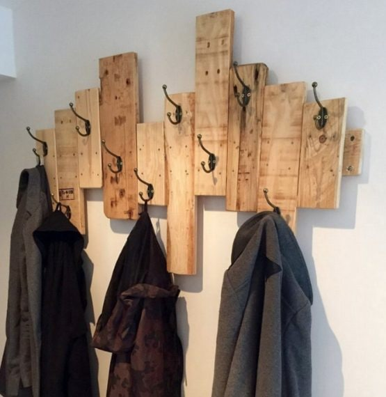 Listelli di legno uniti e appesi al muro. Fonte: http://www.palletwoodprojects.com/pallet-ideas/fantastic-diy-wooden-pallet-projects/