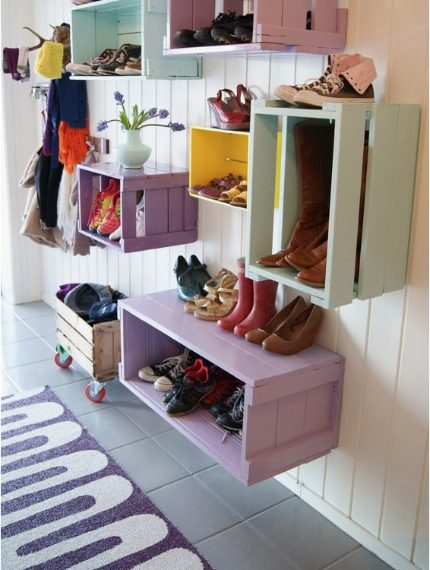 Cassette in legno dipinte in vari colori e appese al muro. Fonte: http://www.goodhousekeeping.com/home/craft-ideas/how-to/g139/genius-upcycling-ideas/?slide=23