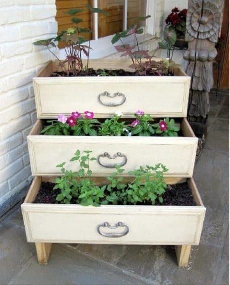 Vecchi cassetti riutilizzati come fioriere da mettere in giardino. Fonte: https://www.littlethings.com/diy-dresser-drawer-upcycles/