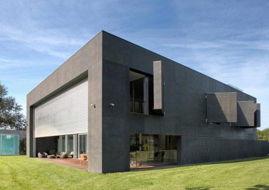 Quando tutte le pareti sono aperte la casa si trasforma in un'abitazione moderna con finestre panoramiche e una rilassante terrazza.