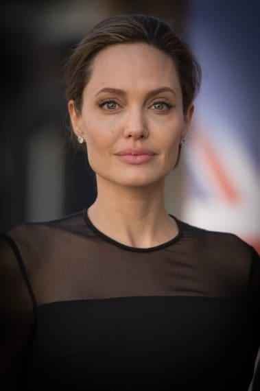 Harvey Weinstein avrebbe molestato Angelina Jolie in una stanza d'albergo e, nello stesso anno, la sua assistente all'epoca Zelda Perkins, minaccia azioni legali per un comportamento inappropriato nei confronti suoi e di alcune sue colleghe.