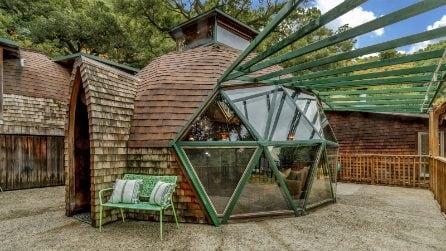 La cupola nel bosco realizzata con materiali di recupero nasconde una casa da sogno