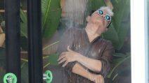 Cristiano Malgioglio fa la doccia in vestaglia al GF Vip