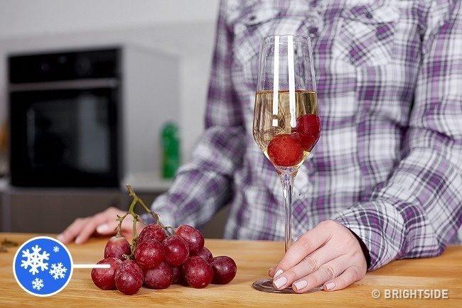 Invece dei cubetti di ghiaccio, che possono alterarne la consistenza, il vino è meglio raffreddarlo in questo modo