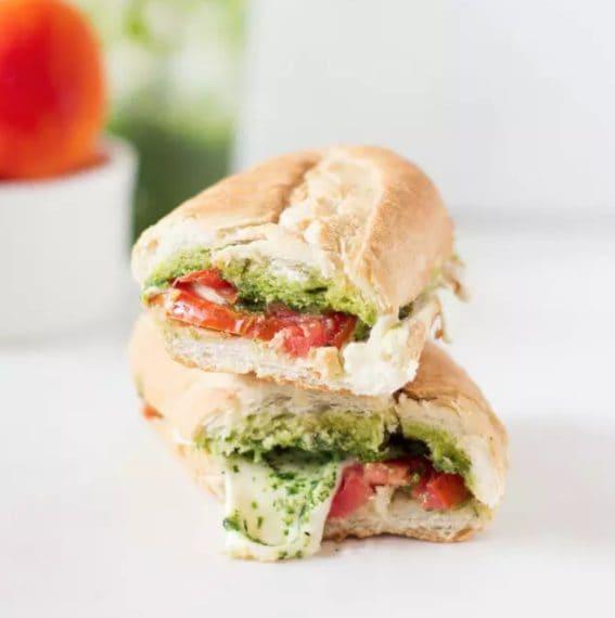 Una variante della classica caprese, con l'aggiunta del pesto al basilico. Fonte: https://jessicainthekitchen.com/caprese-sandwich-parsley-pesto/