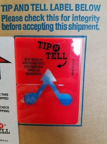 Un adesivo che grazie ai piccoli cristalli blu al suo interno ti permette di scoprire se il pacco è stato capovolto durante il trasporto. Fonte: https://www.reddit.com/r/mildlyinteresting/comments/70ufdu/an_item_we_had_delivered_at_work_at_an_indicator/