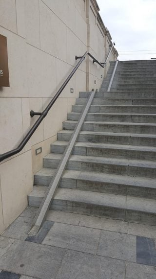 Per scendere le scale con la bicicletta, senza fatica. Fonte: https://www.reddit.com/r/mildlyinteresting/comments/73bq2l/this_tray_used_to_walk_your_bike_updown_steps/