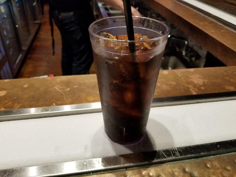 Una striscia con del ghiaccio sul bancone, che mantiene le bibite sempre fresche. Fonte: https://www.reddit.com/r/mildlyinteresting/comments/749mj0/my_bar_has_a_strip_of_snow_to_keep_my_drink_cold/