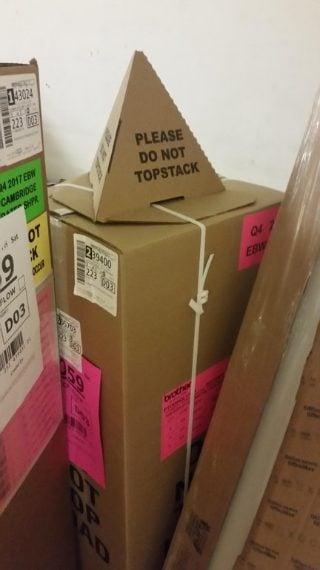 Questo cappellino invece fa in modo che sul pacco delicato non venga appoggiato nulla. Fonte: https://www.reddit.com/r/mildlyinteresting/comments/7346eq/this_box_is_wearing_a_silly_hat_so_you_wont_put/