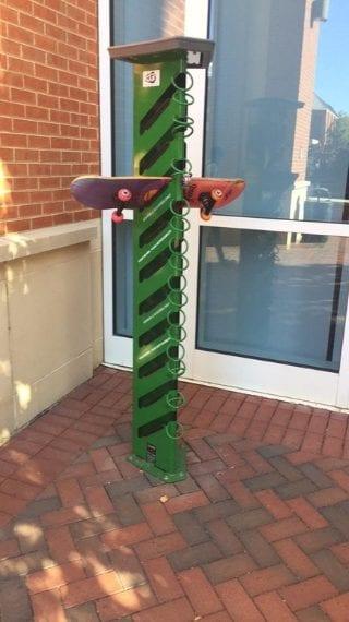 Una colonna per parcheggiare comodamente gli skateboard. Fonte: https://www.reddit.com/r/mildlyinteresting/comments/74nrzb/my_university_has_a_device_to_lock_skateboards_up/