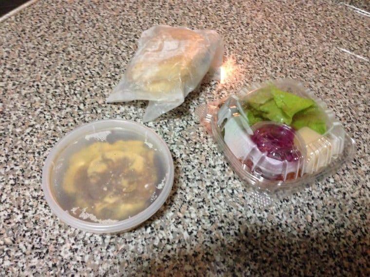 """Il panino viene consegnato da comporre, in modo che non si """"distrugga"""" durante il trasporto. Fonte: https://www.reddit.com/r/mildlyinteresting/comments/706ilh/the_takeout_burger_i_ordered_was_all_packaged/"""