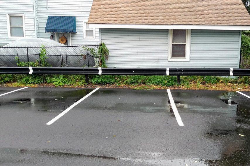 Strisce che si estendono sulla barriera, per facilitare il parcheggio. Fonte: https://www.reddit.com/r/mildlyinteresting/comments/75efmp/the_lines_in_this_parking_lot_extend_up_unto_the/