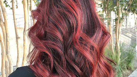 Balayage rosso: sfumature fiammeggianti per ravvivare la chioma