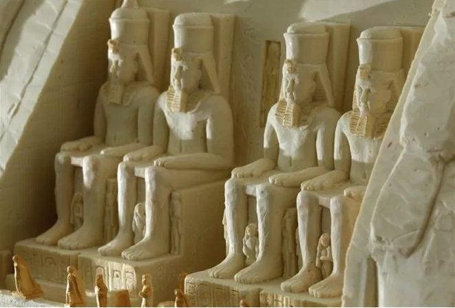 Le meravigliose sculture egiziane realizzate con la cioccolata bianca. Fonte: http://thatlooksfab.com/yummy-chocolate-sculptures/