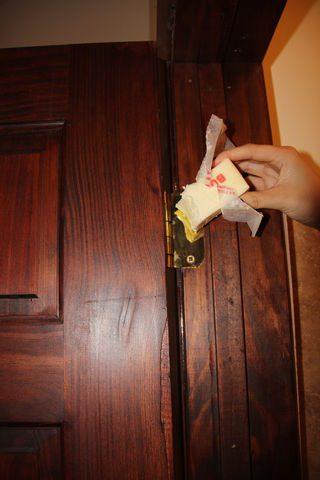 In assenza di prodotti specifici, il burro è un ottimo rimedio naturale per eliminare fastidiosi cigolii.