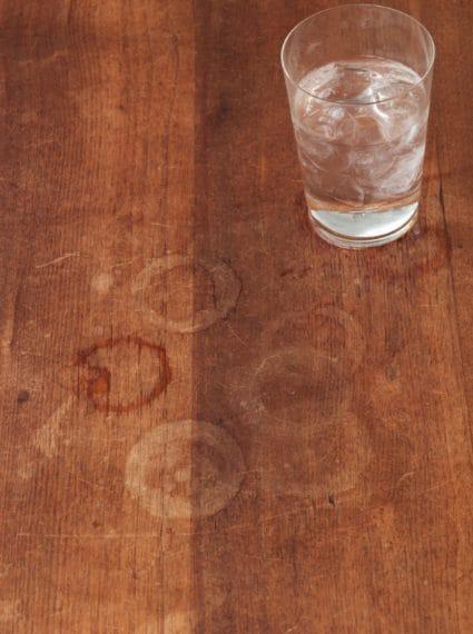 Macchie appiccicose lasciate da bicchieri o bevande: passare il burro, lasciare riposare alcune ore (anche tutta la notte) e ripulite infine con un panno umido