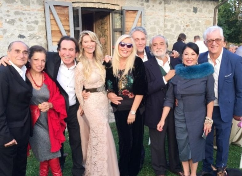 Con gli sposi, oltre alla Venier, si riconoscono Giucas Casella e Franco Oppini