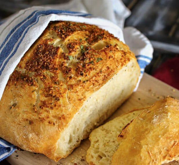 L'impasto del pane mischiato con parmigiano e cipolle. Fonte: http://www.the36thavenue.com/crusty-italian-parmesan-bread-recipe/