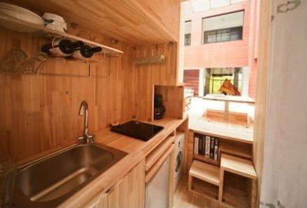 L'angolo cottura, anche qui il legno è predominante.