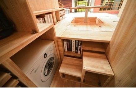 Al piano inferiore troviamo anche una piccola lavatrice.