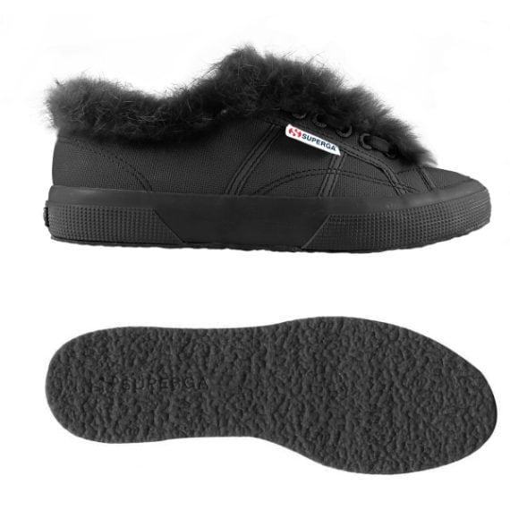 Le sneakers piumate danno un tocco stregato al look