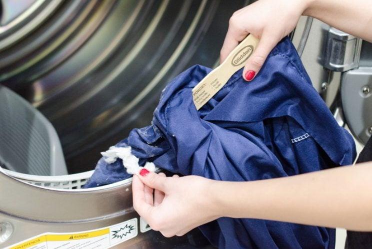 Con la vecchia federa di un cuscino e un bastoncino (anche un righello va bene) potete pulire l'asciugatrice.