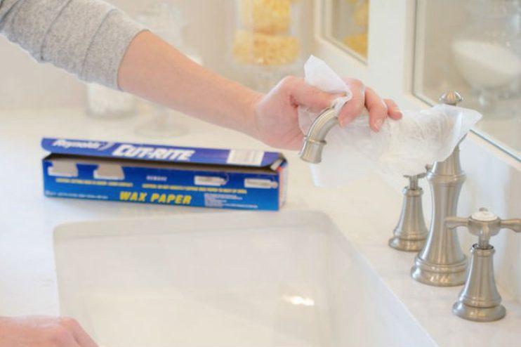 Usate della carta oleata per far risplendere in un attimo i rubinetti.
