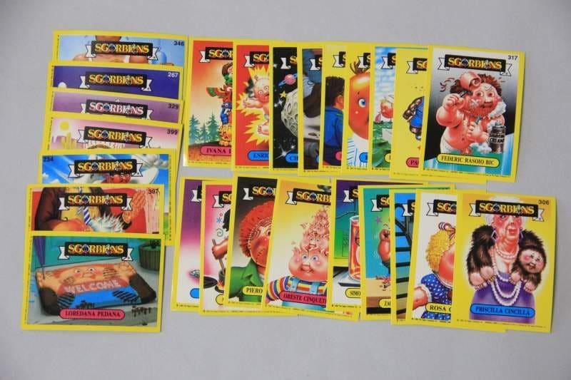 Prodotta dalla Topps Company per la prima volta nel 1985, Sgorbions è la serie di figurine che ebbe molto successo in Italia negli anni '80 e '90, dal carattere trash-demenziale. Ogni figurina è la caricatura di un bambolotto della Gabbage Pail Kids mentre compie un'azione rivoltante come infilarsi le dita nel naso e molto di peggio. Ogni caricatura ha un nome che evoca, con un gioco di parole, la caratteristica disgustosa del bambolotto. Oggi la serie è ancora prodotta negli Stati Uniti.