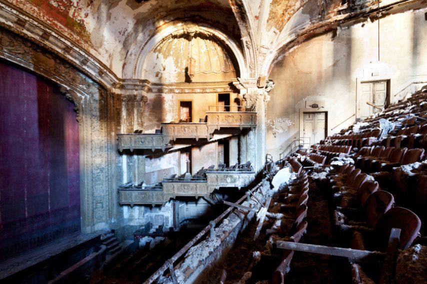 Disegnato dall'architetto William E. Lehman, aveva 2.037 posti a sedere.