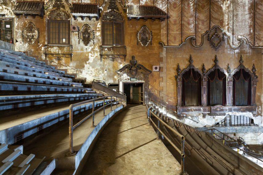 L'interno è in stile barocco spagnolo, con decorazioni di terracotta ed enormi lampadari.