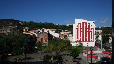 Tra crittogrammi e labirinti, l'arte urbana di L'Atlas