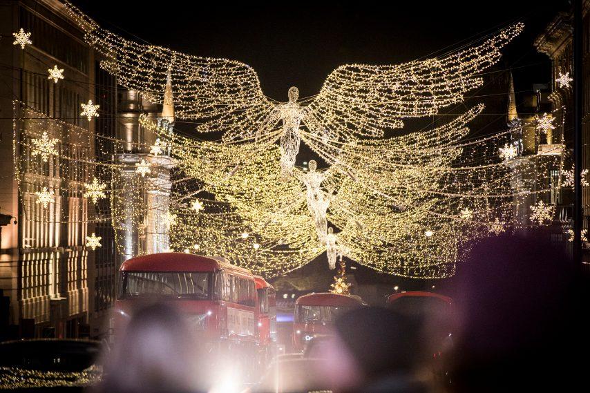 Regent Street è stata la prima via pubblica di Londra ad introdurre gli addobbi natalizi nel 1954. Photo credit should read: Ian West/PA Wire