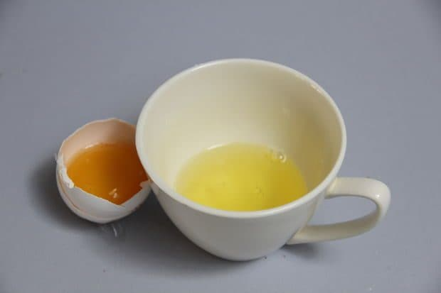 Le uova sono ricche di proteine molto simili a quelle che si trovano nei nostri capelli, sono perfette quindi per la creazione di maschere fai da te. Mescolate le uova all'olio di oliva, poi lasciate agire (aggiungete anche qualche goccia di olio profumato). Con gli albumi montati si può fare anche un detergente anti-invecchiamento lenitivo, che leviga la pelle.