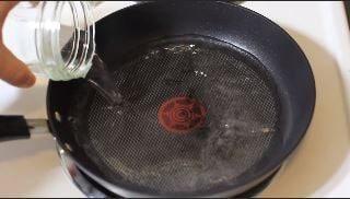Se il fondo della padella ha delle macchie, versate dell'aceto e dell'acqua e fate bollire per 5 minuti. Fonte: https://www.youtube.com/watch?v=RCgIdfuQAD4