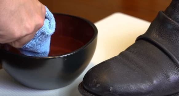 Unite aceto e acqua e lucidate le vostre scarpe. Fonte: https://www.youtube.com/watch?v=SkyKDrgg1wQ&t=17s