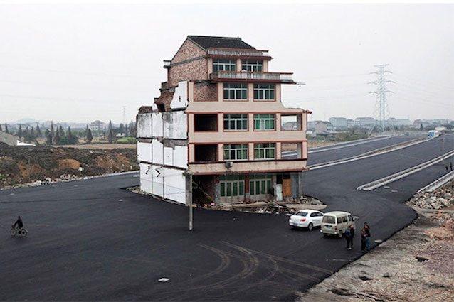 """È celebre la foto della casa in mezzo all'autostrada in Cina: quella """"dingzihu"""" è diventata un simbolo mondiale della resistenza contro lo sviluppo immobiliare."""