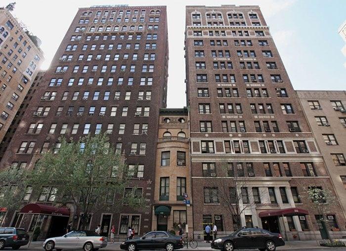 Mery Cook a New York si è opposta allo sviluppo immobiliare e adesso la sua casa bassa e stretta è compresa tra due grattacieli.