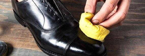 Cercate un lucido per scarpe? È possibile provare con l'olio d'oliva e un panno di pelle