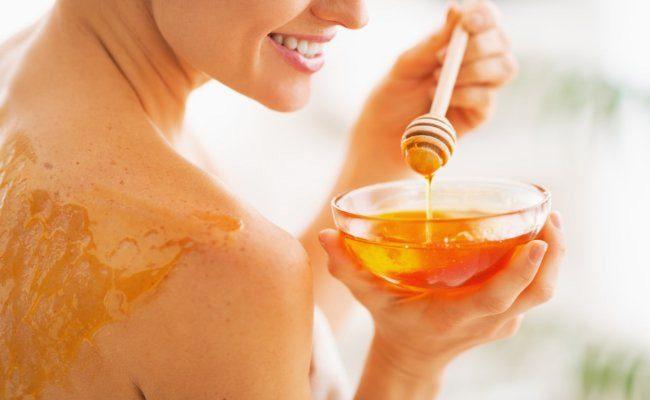 Il miele è un ottimo esfoliante: si può accoppiare con mandorle tritate e succo di limone