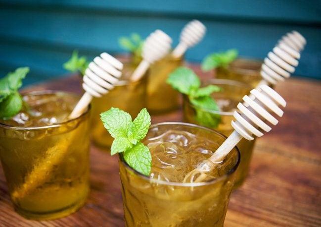 Tè al miele con una spremuta di limone e un rametto di menta: un'idea alternativa per un cocktail energetico