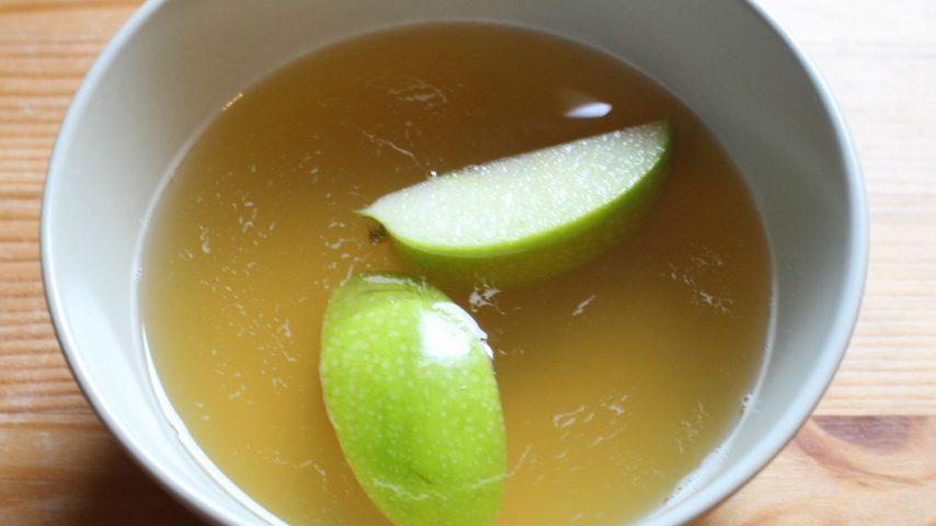 Mettere del miele in un recipiente con acqua: uno dei modi migliore per conservare anche la frutta già tagliata