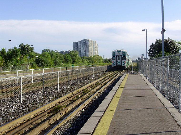 Per i cittadini di Toronto 3,35 miliardi di dollari sono davvero troppi per una sola stazione della metropolitana. Il piano della città, proclamato un decennio fa, prevedeva la creazione di una linea ferroviaria leggera con sette fermate; poi il progetto si è ridotto a tre fermate; oggi nel sobborgo di Toronto a Scarborough si trova l'unica stazione compiuta della nuova metropolitana dietro un costo di 3,35 miliardi di dollari. Un costo eccessivo per una sola stazione.