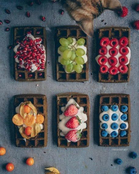 Matcha con yogurt di soia da condire con uva, fragole, more o altri frutti colorati
