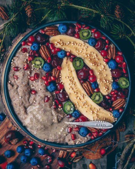 Porridge con fiocchi grano saraceno condito con la frutta tra cui spiccano due banane