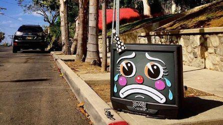 La street art che disegna volti tristi sui mobili abbandonati in strada